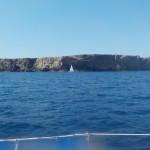 Steile Felsküste im Norden Menorcas